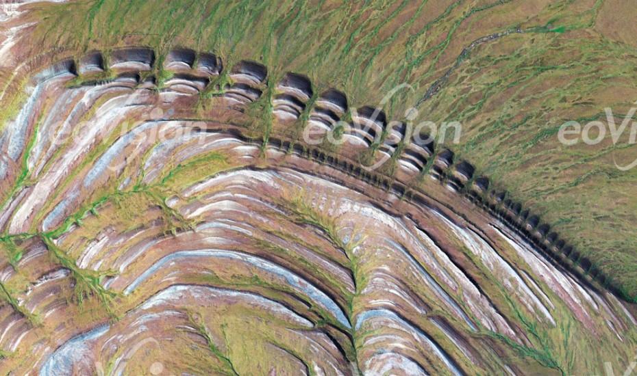 Amatusuk Hills - geschichtete Sedimentgesteine durch Hebung und Erosion