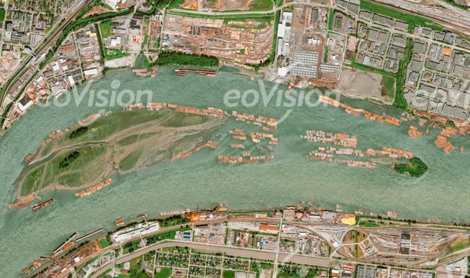 Fraser River - gefällte Baumstämme werden hier gesammelt und in Fraser Mills weiter verarbeitet