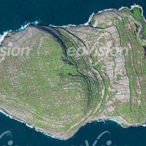 Die Irischen Aran Inseln sind überzogen mit alten Steinmauern
