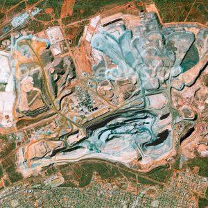 Unterschiedliche Farbtöne kennzeichnen die Gesteinsschichten der Super Pit Mine