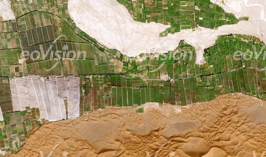 Turpan - bewässerte Landwirtschaftliche Flächen und Wüste