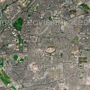 """Das Satellitenbild """"ALEPPO 2012 - Syrien"""" ist dem Bildband """"CITIES - Brennpunkte der Menschheit"""" entnommen. Bildbeschreibung: Aleppo hat als eine der ältesten Städte der Welt im Lauf der Jahrhunderte zahlreiche Konflikte erlebt. Einst einer der Ausgangspunkte der Seidenstraße, ist die Stadt für die mächtige Zitadelle und die Souks der Altstadt bekannt. Vor dem Ausbruch des syrischen Bürgerkriegs war Aleppo die bevölkerungsreichste Stadt Syriens. Im Verlauf des syrischen Bürgerkriegs, der 2012 begann, wurden mehr als 13.500 Einwohner der Stadt getötet, deutlich mehr flohen. Teile der mittelalterlichen Altstadt, darunter der Großteil des Al-Madina Souks und der Großen Moschee Aleppos, wurden durch Bombardements und Brände zerstört"""