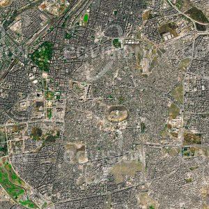 """Das Satellitenbild """"ALEPPO 2015 - Syrien"""" ist dem Bildband """"CITIES - Brennpunkte der Menschheit"""" entnommen. Bildbeschreibung: Aleppo hat als eine der ältesten Städte der Welt im Lauf der Jahrhunderte zahlreiche Konflikte erlebt. Einst einer der Ausgangspunkte der Seidenstraße, ist die Stadt für die mächtige Zitadelle und die Souks der Altstadt bekannt. Vor dem Ausbruch des syrischen Bürgerkriegs war Aleppo die bevölkerungsreichste Stadt Syriens. Im Verlauf des syrischen Bürgerkriegs, der 2012 begann, wurden mehr als 13.500 Einwohner der Stadt getötet, deutlich mehr flohen. Teile der mittelalterlichen Altstadt, darunter der Großteil des Al-Madina Souks und der Großen Moschee Aleppos, wurden durch Bombardements und Brände zerstört"""