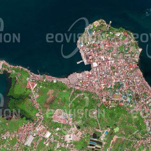 """Das Satellitenbild """"TACLOBAN APRIL 2013 - Philippinen"""" ist dem Bildband """"CITIES - Brennpunkte der Menschheit"""" entnommen. Bildbeschreibung: Tacloban ist die größte Stadt auf der philippinischen Insel Leyte. Als Hauptstadt der gleichnamigen Provinz war sie sogar kurze Zeit die Hauptstadt der Philippinen. Im tropischen Klima der Region sind die Einwohner der Stadt, die unter anderem vom Export von Kopra leben, an die Stürme und heftigen Niederschläge während der Monsunperiode gewöhnt."""