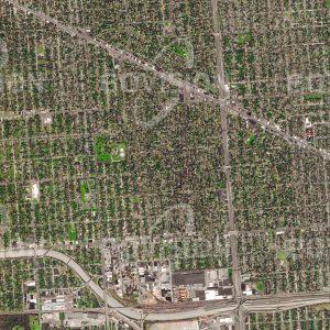 """Das Satellitenbild """"DETROIT - USA"""" ist dem Bildband """"CITIES - Brennpunkte der Menschheit"""" entnommen. Bildbeschreibung: Das in Michigan, USA, gelegene Detroit wurde häufig als """"The Motor City"""" bezeichnet, ein Beiname, der auf die Gründe sowohl des Aufstiegs als auch des Niedergangs der Stadt hinweist. Der Arbeitskräftebedarf der hier angesiedelten Automobilindustrie führte bis in die 1950er Jahre zu einem raschen Wachstum auf 1,85 Millionen Einwohner. Dieser Trend wurde durch die Probleme in der Industrie und durch Abwanderung in die Vorstädte umgekehrt. Dass heute in Detroit weniger als 680.000 Einwohner leben, wird im Satellitenbild durch die ausgedünnte Bebauung sichtbar. Im gleichen Zeitraum wuchs die Metropolregion Detroit von 3Millionen auf 5,5 Millionen Einwohner."""