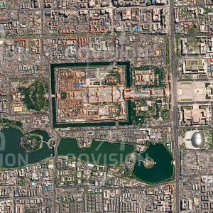 """Das Satellitenbild """"VERBOTENE STADT - BEIJING - China"""" ist dem Bildband """"CITIES - Brennpunkte der Menschheit"""" entnommen. Bildbeschreibung: Im Lauf der Geschichte erhielt die Stadt zahlreiche unterschiedliche Namen. Seit dem Jahr 1408 wird sie mit dem Namen Peking, """"nördliche Hauptstadt"""", bezeichnet. Zwischen der """"Verbotenen Stadt"""" mit dem Kaiserpalast und der Großen Halle des Volkes liegt der Tian'anmen-Platz, der einer Million Menschen Platz bietet. Mit derzeit fast 22 Millionen Einwohnern gehört Peking zu den bevölkerungsreichsten Städten der Welt. Negative Folgen des starken Wachstums sind Smog und permanente Verkehrsstaus"""