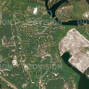 """Das Satellitenbild """"PRYPJAT - Ukraine"""" ist dem Bildband """"CITIES - Brennpunkte der Menschheit"""" entnommen. Bildbeschreibung: Das ukrainische Prypjat ist ein prominentes Beispiel für negative Einflüsse des Menschen auf seine Umwelt. Die 1970 für die Arbeiter des vier Kilometer entfernten Kernkraftwerks Tschernobyl gegründete Stadt musste 1986 nach der nuklearen Katastrophe im Kraftwerk aufgegeben werden. Zu diesem Zeitpunkt hatte Prypjat fast 50.000 Einwohner. Das Satellitenbild zeigt, wie die Natur das Gebiet der Stadt zurückerobert. Einige Straßen wurden dekontaminiert, um Touristen den Besuch der Stadt zu ermöglichen"""