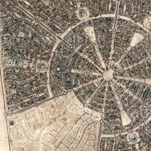 """Das Satellitenbild """"NEW AL FALAH - ABU DHABI - Vereinigte Arabische Emirate"""" ist dem Bildband """"CITIES - Brennpunkte der Menschheit"""" entnommen. Bildbeschreibung: Mit New Al Falah wurde in Abu Dhabi auf mehr als 12 Quadratkilometern Fläche ein neuer Stadtteil aus dem Boden gestampft. Mehr als 5000 Villen wurden im Rahmen des Projekts entwickelt. Der Grundriss des Viertels folgt einem streng geometrischen Rosettenmuster. Derartige, vom oft verwendeten Rechteckraster abweichende Grundrisse werden als ansprechender empfunden und deshalb gerade für Wohnviertel immer häufiger eingesetzt.   [ZUM SHOP]"""