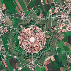 """Das Satellitenbild """"PALMANOVA - Italien"""" ist dem Bildband """"CITIES - Brennpunkte der Menschheit"""" entnommen. Bildbeschreibung: Palmanova mit seinem neuneckigen, sternfömigen Grundriss aus dem 16. Jahrhundert ist wohl der bekannteste Fall einer Idealstadt. Form und Funktion, in diesem Fall der Verteidigungsanlagen, ergänzen einander vorbildlich."""