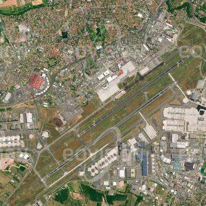 """Das Satellitenbild """"TOULOUSE - AIRBUS - Frankreich"""" ist dem Bildband """"CITIES - Brennpunkte der Menschheit"""" entnommen. Bildbeschreibung: Schon in der Pionierzeit der Luftfahrt wurden in der Nähe der französischen Stadt Flugzeuge entwickelt. Im Ersten Weltkrieg wurde hier, fern der Kriegsfront, die Flugzeugproduktion konzentriert. Seit den 1960er Jahren entwickelte sich Toulouse zum Luftfahrtzentrum, hier wurde auch die Concorde gebaut. Heute beschäftigt die Luft- und Raumfahrt mehr als 34.000 Menschen. Wichtigster Arbeitgeber ist Airbus, dessen Hauptquartier und Montagehallen um den Flughafen Toulouse-Blagnac angeordnet sind."""
