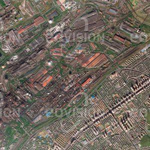 """Das Satellitenbild """"ANSHAN - China"""" ist dem Bildband """"CITIES - Brennpunkte der Menschheit"""" entnommen. Bildbeschreibung: Die Stadt Anshan im Nordosten Chinas hat sich im Lauf des vergangenen Jahrhunderts zum zweitgrößten Stahl-Industriekomplex des Landes entwickelt. Hier werden Kohle und Eisenerz verarbeitet, die in der mineralienreichen Region gefördert werden. Die Industrieanlagen bedecken eine ausgedehnte Fläche, die direkt an die Wohngebiete der Stadt grenzt"""