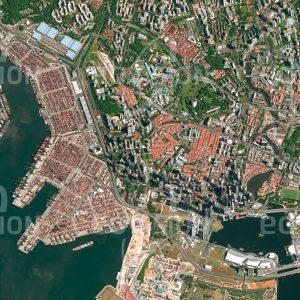 """Das Satellitenbild """"SINGAPUR - FINANCIAL DISTRICT  - Singapur"""" ist dem Bildband """"CITIES - Brennpunkte der Menschheit"""" entnommen. Bildbeschreibung: Singapur ist der weltweit einzige Stadtstaat auf einer Insel. Die strategisch günstige Lage am Seeweg zwischen dem Indischen Ozean und dem Südchinesischen Meer war Grund für den Aufstieg Singapurs zu einer bedeutenden Handelsstadt. Sie verfügt über den nach Shanghai zweitgrößten Containerhafen der Welt, mehr als 81.000 Container werden hier täglich bewegt. In Singapur wurde früh erkannt, dass der Mangel an Ressourcen nur durch Bildung ausgeglichen werden kann. Daher spielen Ausbildung und hohe soziale Standards eine wichtige Rolle."""