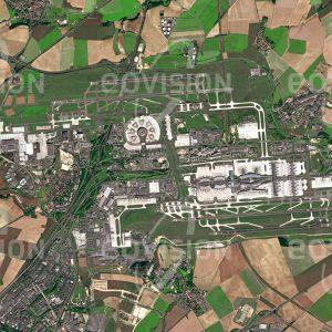 """Das Satellitenbild """"PARIS - AIRPORT CHARLES DE GAULLES - Frankreich"""" ist dem Bildband """"CITIES - Brennpunkte der Menschheit"""" entnommen. Bildbeschreibung: Zu den wichtigsten Elementen moderner Großstädte gehören leistungsfähige Flughäfen. Meist aus Platz- und Lärmgründen etwas außerhalb der Stadt erbaut, wie hier im Fall des Flughafens Paris-Charles-de-Gaulle, benötigen diese Flughäfen ihrerseits eine effiziente Anbindung an die Stadt durch Autobahnen und Bahnlinien."""