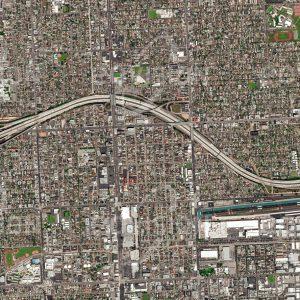 """Das Satellitenbild """"LOS ANGELES - USA"""" ist dem Bildband """"CITIES - Brennpunkte der Menschheit"""" entnommen. Bildbeschreibung: Die kalifornische Stadt Los Angeles ist fast vollständig auf den Autoverkehr ausgerichtet. Ein Netzwerk von vielspurigen Highways durchzieht die Stadt, die wegen der hier vorherrschenden Erdbebengefahr nur wenige Hochhäuser aufweist und sich daher über eine sehr große Fläche ausdehnt."""