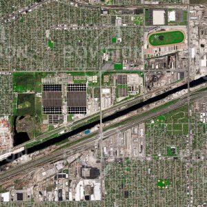 """Das Satellitenbild """"STICKLEY - CHICAGO - USA"""" ist dem Bildband """"CITIES - Brennpunkte der Menschheit"""" entnommen. Bildbeschreibung: Die Aufbereitung von Abwasser ist eine der zentralen Aufgaben moderner Stadtverwaltungen. Die für die Abwässer eines großen Teils von Chicago zuständige Abwasseraufbereitungsanlage Stickney belegt eine Fläche von 2,3 Quadratkilometern und ist die größte der Welt. Seit ihrer Gründung im Jahr 1930 wurde die Anlage immer wieder auf die wachsenden Anforderungen hinsichtlich Abwassermenge angepasst sowie auf modernere und effektivere Reinigungsverfahren umgerüstet."""