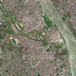 """Das Satellitenbild """"KALKUTTA - Indien"""" ist dem Bildband """"CITIES - Brennpunkte der Menschheit"""" entnommen. Bildbeschreibung: Die Howrah-Station am Ufer des Hugli, eines der Mündungsarme des Ganges, ist ein wichtiges Eingangstor nach Kolkata (Kalkutta). Täglich benützen 1,3 Millionen Passagiere diesen Bahnhof, der als ältester Indiens im Jahr 1854 eröffnet wurde und ursprünglich die Verbindung zur Kohlenregion Bardhaman herstellte. Mit 28 Gleisen ist er einer der weltweit größten Bahnhöfe."""