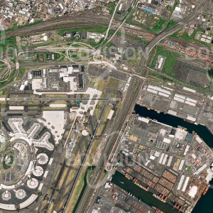 """Das Satellitenbild """"NEWARK - USA"""" ist dem Bildband """"CITIES - Brennpunkte der Menschheit"""" entnommen. Bildbeschreibung: Moderne Verkehrssysteme sind multimodal. Das bedeutet, dass je nach Verkehrsdistanz und Transportbedarf das passende Verkehrsmittel gewählt wird, wobei meist mehrere Streckenteile mit unterschiedlichen Verkehrsmitteln bewältigt werden. In Newark, New Jersey, ist dieses Nebeneinander von Bahn, Hafen, Straßennetz und Flughafen ausgezeichnet zu sehen, ebenso die an Knotenpunkten benötigten Infrastruktureinrichtungen wie Parkplätze und Hangars."""