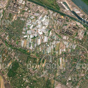 """Das Satellitenbild """"WIEN - SIMMERING - Österreich"""" ist dem Bildband """"CITIES - Brennpunkte der Menschheit"""" entnommen. Bildbeschreibung: Die Simmeringer Haide bedeckt einen Teil des Bezirks Simmering im Südosten Wiens. Die ursprünglich wenig fruchtbare Fläche wird heute zu einem großen Teil für den Anbau von Gemüse für die Stadt genutzt. In unmittelbarer Nähe liegen die Hauptklär-anlage Wien, die bis zu 4 Millionen Einwohnergleichwerte Abwasser reinigen kann, und das Donaukraftwerk Freudenau."""