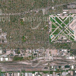 """Das Satellitenbild """"CHICAGO - MIDWAY AIRPORT - USA"""" ist dem Bildband """"CITIES - Brennpunkte der Menschheit"""" entnommen. Bildbeschreibung: In vielen modernen Großstädten bilden als Folge ihrer Entwicklung unterschiedliche Nutzungen ein dichtes Geflecht. Der Chicago Midway Airport entstand bereits im Jahr 1923 außerhalb der Stadt, wurde aber vom Wachstum Chicagos eingeholt und verlor, in seiner Entwicklung eingeschränkt, an Bedeutung. Südlich des Flughafens liegt Clearing Yards, mit 9 Kilometern Länge einer der größten Rangierbahnhöfe der USA."""