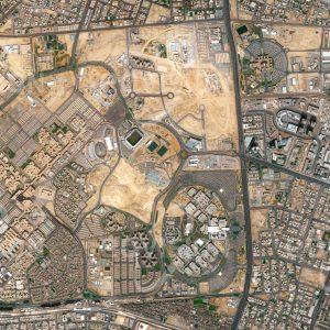 """Das Satellitenbild """"RIYADH - KING SAUD UNIVERSITY - Saudi-Arabien"""" ist dem Bildband """"CITIES - Brennpunkte der Menschheit"""" entnommen. Bildbeschreibung: Die Bedeutung von Bildung und Forschung für moderne Gesellschaften kann nicht überschätzt werden. Sie ist auch im aktuellen nationalen Programm Saudi-Arabiens """"Saudi Vision 2030"""" festgehalten. Schon ab den 1980er Jahren wurde in der saudischen Hauptstadt Riyadh auf einem Quadrat von etwa 3 Kilometern Seitenlänge die King Saud University, die größte Universität des Landes, errichtet. Hier werden etwa 65.000 Studierende ausgebildet, wobei Frauen und Männer in strikt getrennten Bereichen der Universität studieren"""