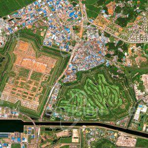 """Das Satellitenbild """"SEOUL - SUDOKWON - Südkorea"""" ist dem Bildband """"CITIES - Brennpunkte der Menschheit"""" entnommen. Bildbeschreibung: An der Küste des Gelben Meeres liegt nahe bei Seoul, der Hauptstadt Südkoreas, die weltgrößte Abfalldeponie. Auf fast 20 km² Fläche sollen bis 2030 fast 230 Millionen Tonnen Müll aufbereitet und deponiert werden. Die Deponie ist Teil eines Konzepts, das die thermische Nutzung des Mülls und die Gewinnung von Energie aus Deponiegasen beinhaltet. Nach Erreichen der Kapazitätsgrenzen werden die Flächen anderweitig genutzt. So wurde auf einer bereits geschlossenen Fläche ein Golfplatz errichtet."""