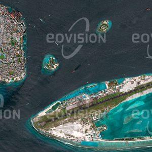 """Das Satellitenbild """"MALÉ - Malediven"""" ist dem Bildband """"CITIES - Brennpunkte der Menschheit"""" entnommen. Bildbeschreibung: Malé, die Hauptstadt der Malediven, liegt inmitten des Indischen Ozeans auf vier Inseln des Kaafu-Atolls. Die knapp zwei Quadratkilometer große Hauptinsel ist dicht besiedelt und vollständig verbaut. Der Tsunami nach dem Seebeben vor Sumatra am 26. Dezember 2004 überflutete auch Malé, das sich nur wenig über den Meeresspiegel erhebt und mit seiner exponierten Lage auch für den Meeresspiegelanstieg durch den Klimawandel anfällig ist."""