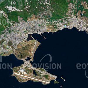 """Das Satellitenbild """"USHUAIA - Argentinien"""" ist dem Bildband """"CITIES - Brennpunkte der Menschheit"""" entnommen. Bildbeschreibung: Am Endpunkt des von Alaska nach Feuerland führenden Pan-American-Highways liegt Ushuaia. Die Hauptstadt der argentinischen Provinz Tierra del Fuego gilt als südlichste Stadt der Erde. In der seit etwa 10.000 Jahren besiedelten Region am Beagle-Kanal wurde um 1870 von britischen Missionaren eine erste Siedlung gegründet. Heute leben die Einwohner von Fischerei, Öl- und Gasförderung sowie vom Tourismus, der die besondere Lage der Stadt nahe der Antarktis ausnützt. Wegen dieser Lage ist Ushuaia auch eine der teuersten Städte Südamerikas."""