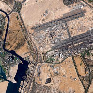 """Das Satellitenbild """"MASDAR CITY - ABU DHABI - Vereinigte Arabische Emirate"""" ist dem Bildband """"CITIES - Brennpunkte der Menschheit"""" entnommen. Bildbeschreibung: Masdar City in Abu Dhabi sollte nach ursprünglicher Planung eine vollständig CO2-neutrale und ausschließlich erneuerbare Energie nutzende Stadt werden. Nach dem Plan des britischen Architekturbüros Foster and Partners soll das Design der Stadt alten arabischen Vorbildern folgend mit schmalen Gassen zu ihrer natürlichen Kühlung beitragen, Autos mit Verbrennungsmotor werden an den Stadtrand verdrängt. Der ursprünglich für 2016 geplante Fertigstellungstermin wurde wegen der Finanzkrise nun auf zwischen 2020 und 2025 verschoben"""