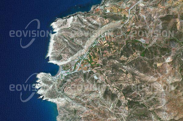 """Das Satellitenbild """"MATALA - Griechenland"""" ist dem Bildband """"EUROPA - Kontinent der Vielfalt"""" entnommen. Bildbeschreibung: Matala an der Südküste Kretas ist für Europa von besonderer Bedeutung: Hier ging griechischen Mythen zufolge Zeus mit der von ihm in Gestalt eines Stieres aus Phönizien entführten Europa an Land. Der heute nur wenige Einwohner zählende Ort war schon in der Jungsteinzeit besiedelt. Die von den Menschen dieser Epoche in die Küstenfelsen an der Bucht gegrabenen Wohnhöhlen wurden ab den 1960er Jahren von einer Hippie-Kommune genutzt, zu der neben US-amerikanischen Verweigerern des Vietnamkrieges zeitweise auch Berühmtheiten wie Joni Mitchell und Bob Dylan gehörten."""