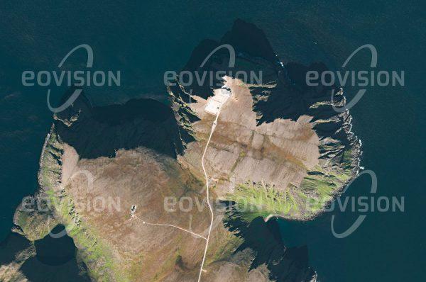 """Das Satellitenbild """"NORDKAP - Norwegen"""" ist dem Bildband """"EUROPA - Kontinent der Vielfalt"""" entnommen. Bildbeschreibung: Das Nordkap auf der Insel Magerøya hat sich zu einem beliebten Ziel von Touristen entwickelt, obwohl im Vergleich mit anderen Touristenattraktionen die Besucherzahlen überschaubar geblieben sind: Etwa 200.000 Reisende besuchen die 307 Meter hohe Felsklippe während der drei warmen Sommermonate. Zur steigenden Beliebtheit trägt bei, dass die Insel durch einen Straßentunnel mit dem Festland verbunden wurde."""