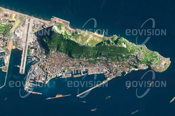 """Das Satellitenbild """"GIBRALTAR - Großbritannien"""" ist dem Bildband """"EUROPA - Kontinent der Vielfalt"""" entnommen. Bildbeschreibung: Gibraltar stellt in mehrerlei Hinsicht eine Besonderheit dar. Der markante und strategisch wichtige Felsen steht seit 1704 unter der Herrschaft des Vereinigten Königreichs, wird aber seit mehr als 300 Jahren auch von Spanien beansprucht. Der Bereich um Gibraltar ist uraltes Siedlungsgebiet, hier lebten vor 125.000 bis 24.000 Jahren schon Neandertaler. Viel später folgten Phönizier, Karthager, Römer, Vandalen, Westgoten und Araber. Heute ist Gibraltar ein wichtiger Stützpunkt des Vereinigten Königsreichs. Für Touristen sind die auf dem Felsen lebenden Berberaffen ein beliebtes Fotomotiv."""