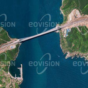 """Das Satellitenbild """"POYRAZ - Türkei"""" ist dem Bildband """"EUROPA - Kontinent der Vielfalt"""" entnommen. Bildbeschreibung: Über Jahrtausende konnte die Meeresenge des Bosporus ausschließlich mit Schiffen überwunden werden, ein Umstand, der vor allem die Stadt Istanbul in ihrer Entwicklung hemmte. Im Jahr 1973 wurde eine erste Hängebrücke über den Bosporus eröffnet. Mittlerweile existieren drei Brücken, deren letzte als eine der größten Hängebrücken der Welt im Jahr 2016 bei Poyraz nahe der nördlichen Einfahrt in den Bosporus eröffnet wurde. Zusätzliche Verkehrsverbindungen sind seit 2013 durch einen Eisenbahntunnel und seit 2016 durch einen Straßentunnel gegeben."""