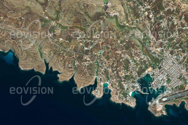"""Das Satellitenbild """"LAMPEDUSA - Italien"""" ist dem Bildband """"EUROPA - Kontinent der Vielfalt"""" entnommen. Bildbeschreibung: Auf halbem Weg zwischen Sizilien und Tunesien gelegen war die Insel Lampedusa schon in der Antike ein Stützpunkt für die Mittelmeer-Seefahrt. Geologisch ist der südlichste Punkt Italiens bereits Teil Afrikas. Seit der Jahrtausendwende steht Lampedusa zunehmend im Mittelpunkt der Immigrationswelle aus Nordafrika, während der in den beiden vergangenen Jahrzehnten hier Zehntausende Menschen an Land gingen."""