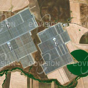 """Das Satellitenbild """"SOLNOVA - Spanien"""" ist dem Bildband """"EUROPA - Kontinent der Vielfalt"""" entnommen. Bildbeschreibung: Der sonnenreiche Süden Spaniens eignet sich besonders gut zur Nutzung der Solarenergie. Folgerichtig sind in der Nähe von Sevilla eine Reihe von Solarkraftwerken entstanden, die mit unterschiedlichen Techniken Energie gewinnen. Im Satellitenbild sind drei Parabolrinnenkraftwerke des Solucar-Komplexes zu sehen, die insgesamt 150 MW Leistung liefern können. Hier wird auch deutlich, dass die Gewinnung von Solarenergie mit anderen Nutzungen der Fläche, etwa für Landwirtschaft, in Konflikt steht."""