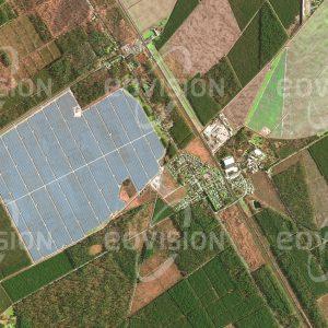 """Das Satellitenbild """"CROIX D'HINS - Frankreich"""" ist dem Bildband """"EUROPA - Kontinent der Vielfalt"""" entnommen. Bildbeschreibung: Die Sonnenenergie gilt vor dem Hintergrund des Klimawandels und der Endlichkeit fossiler Brennstoffe als eine der Zukunftstechnologien. Insbesondere der direkten Umwandlung von Sonnenenergie in elektrischen Strom durch Photovoltaik wird eine wichtige Rolle zugewiesen. Das größte Photovoltaik-Kraftwerk Europas wurde 2015 in der Nähe von Bordeaux eröffnet. Auf zweieinhalb Quadratkilometern Fläche erzeugen hier fast eine Million Solarmodule den Strom für 300.000 Haushalte."""