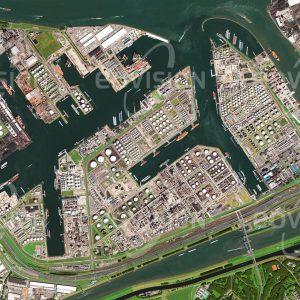 """Das Satellitenbild """"ROTTERDAM - Niederlande"""" ist dem Bildband """"EUROPA - Kontinent der Vielfalt"""" entnommen. Bildbeschreibung: Obwohl in den letzten Jahren eine immer raschere Entwicklung hin zu alternativen Energiequellen zu beobachten ist, beruht die Wirtschaft Europas auch heute noch zu einem wesentlichen Teil auf Erdöl. Rotterdam beherbergt den größten Seehafen Europas und ist damit für die Niederlande ein bedeutender Wirtschaftsfaktor. Von besonderer Bedeutung ist der Hafen für den Transport von Erdöl nach Europa. Mehr als 100 Millionen Tonnen Erdöl werden etwa zur Hälfte in den Raffinerien am Hafen verarbeitet, der Rest wird über Pipelines zu Raffinerien in West- und Mitteleuropa gepumpt."""