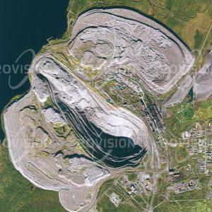 """Das Satellitenbild """"OLENEGORSK - Russland"""" ist dem Bildband """"EUROPA - Kontinent der Vielfalt"""" entnommen. Bildbeschreibung: Nicht weit von Murmansk liegt im Norden Europas Olenegorsk, das seinen Aufstieg ähnlich dem schwedischen Kiruna den hier gefundenen reichhaltigen Eisenerzlagerstätten verdankt. Das Eisenerz wird hier im Tagebau gefördert und angereichert. Vom nahegelegenen Militärflugplatz Olenja startete 1961 ein Bombenflugzeug nach Nowaya Semlja, wo es die stärkste je getestete Wasserstoffbombe abwarf."""
