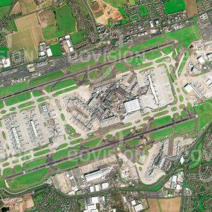 """Das Satellitenbild """"LONDON HEATHROW - Großbritannien"""" ist dem Bildband """"EUROPA - Kontinent der Vielfalt"""" entnommen. Bildbeschreibung: Leistungsfähige Flugverbindungen gehören zu den wichtigsten Voraussetzungen erfolgreicher Wirtschaftsstandorte. London-Heathrow ist der größte von sechs Flughäfen, die den Großraum London bedienen, und zugleich Europas größter Passagierflughafen. Im Jahr 2016 wurden hier in vier Terminals 75,7 Millionen Passagiere abgefertigt. Flughäfen benötigen eine gute Anbindung an das weiterführende Verkehrsnetz. In Heathrow ist dies durch Stationen der U-Bahn und eines Expresszugs in die City ebenso gegeben wie durch die Erschließung über die Autobahnen M4 und M25."""