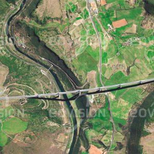 """Das Satellitenbild """"MILLAU - Frankreich"""" ist dem Bildband """"EUROPA - Kontinent der Vielfalt"""" entnommen. Bildbeschreibung: Die Brücke bei Millau in Südfrankreich wurde zur Verbesserung der Verbindung zwischen Paris und Perpignon geplant. Nach dreijähriger Bauzeit wurde sie im Jahr 2004 eingeweiht und ist mit 2460 Metern die längste Schrägseilbrücke der Welt. Ihr höchster Pfeiler übertrifft sogar den Eiffelturm um einige Meter."""