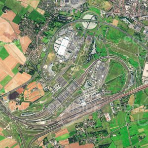 """Das Satellitenbild """"CALAIS - Frankreich"""" ist dem Bildband """"EUROPA - Kontinent der Vielfalt"""" entnommen. Bildbeschreibung: Calais liegt gegenüber dem englischen Dover nahe an der engsten Stelle des Ärmelkanals und war daher seit jeher ein wichtiger Verbindungspunkt zwischen dem europäischen Kontinent und England. Der Hafen von Calais ist der zweitgrößte Passagierhafen Europas. Diese Rolle wurde durch den 1994 eröffneten und 50 Kilometer langen Eurotunnel noch verstärkt. In den letzten Jahren fand sich Calais in den Medien wieder, weil hier zahlreiche Flüchtlinge landeten, die nach Großbritannien gelangen wollten."""