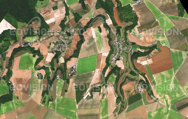 """Das Satellitenbild """"SAINT-AUBIN - Frankreich"""" ist dem Bildband """"EUROPA - Kontinent der Vielfalt"""" entnommen. Bildbeschreibung: Saint-Aubin und Selens sind zwei benachbarte Dörfer in der nordfranzösischen Landschaft Île-de-France. In dieser alten Kulturlandschaft ist der Verlauf der Kultivierung gut zu erkennen. Im ursprünglich bewaldeten Gebiet wurden zuerst Siedlungen an den Flüssen im Talgrund errichtet. Erst in einer späteren Phase wurden auch die Wälder auf dem Plateau zwischen den Tälern zugunsten landwirtschaftlicher Flächen gerodet. Auf den Hängen des Plateaus sind nur schmale Waldstreifen verblieben."""