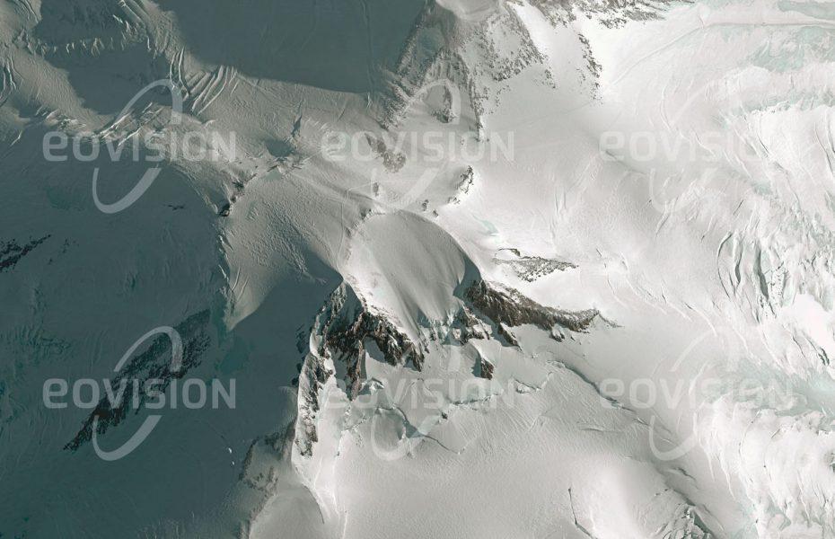 """Das Satellitenbild """"ELBRUS - Russland"""" ist dem Bildband """"EUROPA - Kontinent der Vielfalt"""" entnommen. Bildbeschreibung: Das Kaukasus-Gebirge erstreckt sich vom Schwarzen Meer bis zum Kaspischen Meer und bildet die Grenze Europas im Südosten. Mit seinem höchsten Gipfel, dem Elbrus, erreicht es eine Höhe von 5.642 Metern und ist damit deutlich höher als der Mont Blanc, mit 4.808 Metern der höchste Gipfel der Alpen. Der Elbrus ist ein erloschener Vulkan, der zuletzt vor fast 2000 Jahren ausgebrochen und heute von einem Gletscher bedeckt ist. Der griechischen Mythologie zufolge wurde Prometheus von Zeus zur Strafe an den Elbrus gekettet, weil er den Göttern das Feuer gestohlen hatte, um es den Menschen zu bringen."""