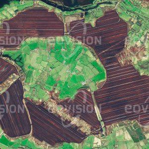 """Das Satellitenbild """"ATHLONE - Irland"""" ist dem Bildband """"EUROPA - Kontinent der Vielfalt"""" entnommen. Bildbeschreibung: Im Zentrum Irlands erstrecken sich auf beiden Seiten des Shannon River ausgedehnte Moorlandschaften, die seit dem Ende der Eiszeit vor 13.000 Jahren entstanden sind. Seit Menschengedenken wird in diesen Mooren Torf gestochen und heute auch industriell aufbereitet. Trotz seines ungünstigen Brennwerts dient Torf auch heute noch als Brennstoff und für die Energieerzeugung."""
