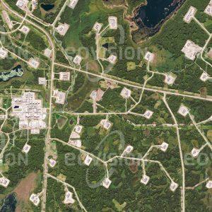 """Das Satellitenbild """"COLD LAKE - Kanada"""" ist dem Bildband """"HUMAN FOOTPRINT - Satellitenbilder dokumentieren menschliches Handeln"""" entnommen. Bildbeschreibung: Der steigende Ölpreis macht selbst die aufwendige und ökologisch umstrittene Gewinnung von Erdöl aus Ölsanden wie hier im Bundestaat Alberta rentabel"""