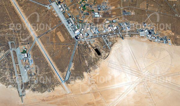 """Das Satellitenbild """"LANCASTER - USA"""" ist dem Bildband """"HUMAN FOOTPRINT - Satellitenbilder dokumentieren menschliches Handeln"""" entnommen. Bildbeschreibung: Die auf einem ausgetrockneten See angelegte Edwards Airforce Base zeigt die weltgrößte Darstellung einer Windrose und diente auch dem Space Shuttle als Landebahn."""