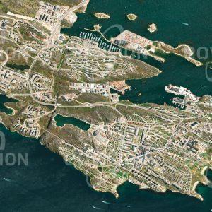 """Das Satellitenbild """"NUUK - Grönland"""" ist dem Bildband """"HUMAN FOOTPRINT - Satellitenbilder dokumentieren menschliches Handeln"""" entnommen. Bildbeschreibung: Grönlands Hauptstadt Nuuks liegt nahe dem nördlichen Polarkreis an einer Bucht der Labradorsee und ist mit 14000 Einwohnern eine der größten arktischen Städte. Bei einer mittleren Jahrestemperatur von –1,4 °C sind die Lebensbedingungen hart. Dessen ungeachtet reichen die Spuren der Besiedelung mehr als 3000 Jahre zurück."""