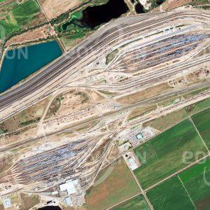 """Das Satellitenbild """"NORTH PLATTE - USA"""" ist dem Bildband """"HUMAN FOOTPRINT - Satellitenbilder dokumentieren menschliches Handeln"""" entnommen. Bildbeschreibung: Tausende Güterwaggons, die jeden Tag den weltgrößten Rangierbahnhof Bailey Yard erreichen, werden hier zu neuen Zügen zusammengestellt."""