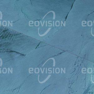 """Das Satellitenbild """"MARACAIBO - Venezuela"""" ist dem Bildband """"HUMAN FOOTPRINT - Satellitenbilder dokumentieren menschliches Handeln"""" entnommen. Bildbeschreibung: Die fast 9 km lange Brücke über die Meerenge zwischen dem Maracaibosee und dem Golf von Venezuela am Rand der Karibik beeinflusst die Strömungsverhältnisse im See."""