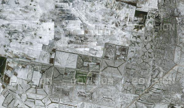 """Das Satellitenbild """"SANTA LUCIA DE SALINAS - Peru"""" ist dem Bildband """"HUMAN FOOTPRINT - Satellitenbilder dokumentieren menschliches Handeln"""" entnommen. Bildbeschreibung: Im Naturschutzgebiet Salinas und Aguada Blanca, einem Rückzugsgebiet für Flamingos und wilde Lamas, wird schon seit den Zeiten der Inkas Salz gewonnen."""