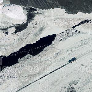 """Das Satellitenbild """"ÅLAND - Finnland"""" ist dem Bildband """"HUMAN FOOTPRINT - Satellitenbilder dokumentieren menschliches Handeln"""" entnommen. Bildbeschreibung: In nördlichen Breiten hat die Seefahrt vor allem im Winter mit Widrigkeiten zu kämpfen. Zwischen Eisschollen bahnt sich dieses mit Lkws beladene Fährschiff seinen Weg an den Åland-Inseln vorbei durch die winterliche Ostsee. Oft können nur Eisbrecher, deren Bug mit dicken Stahlplatten gepanzert ist, mit ihren starken Motoren den Weg durch das Eis bahnen und vom Eis frei halten."""